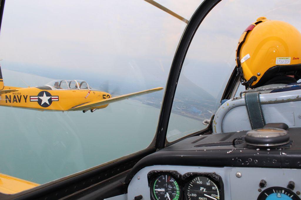 La Raza vuela con pilotos del espectáculo de Aire y Agua (Fotos y Video)