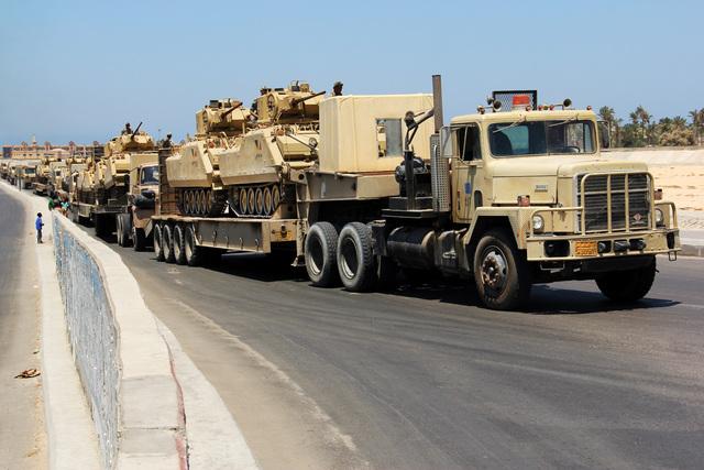 Varios tanques de guerra del gobierno egipcio se trasladan por una zona de la península del Sinaí.