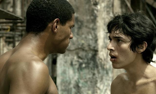 Escena 'Hermano', protagonizado por Eliú Armas (izq.) y Fernando Moreno (derecho).
