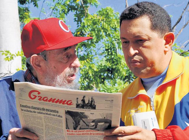 Alegan que Fidel Castro escribe libro con Chávez