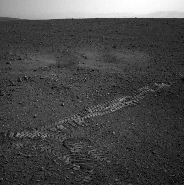 Explorador Curiosity empieza a dejar huellas en Marte (video)