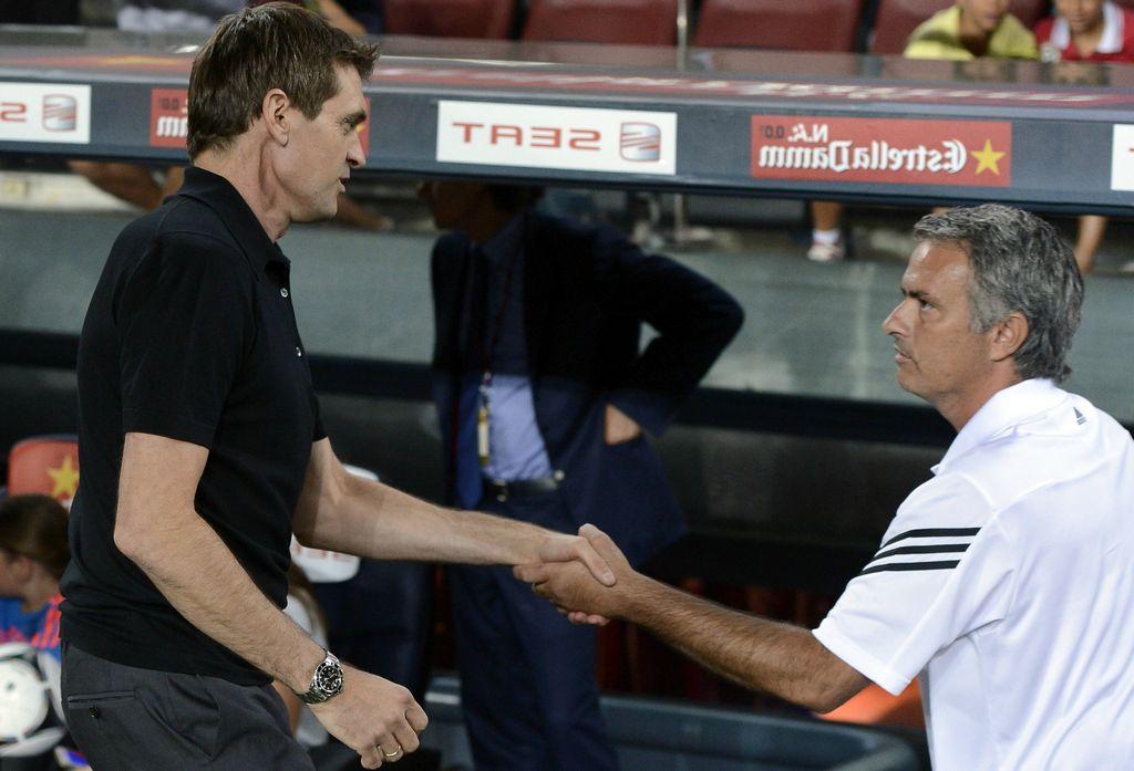 Mourinho saludándose con su colega Vilanova antes del silbatazo inicial.