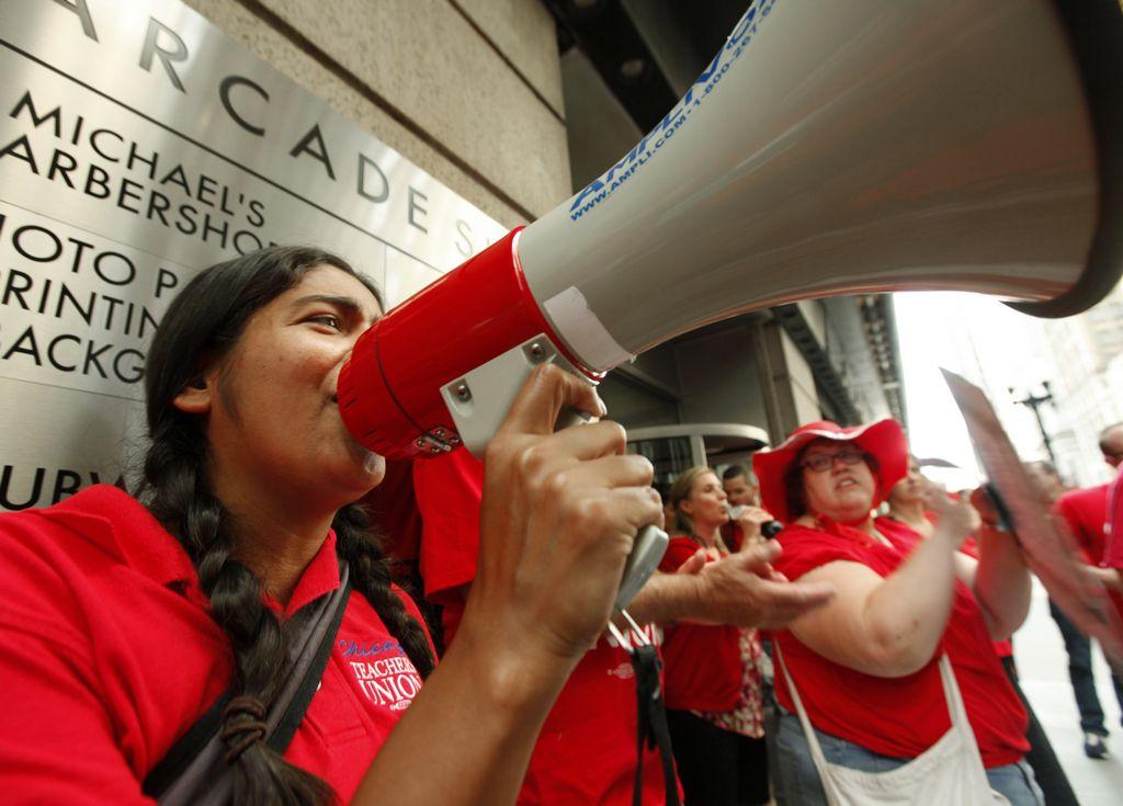 Maestros realizan un piquete a las afueras de CPS en el centro de la ciudad, el miércoles 22 de agosto.