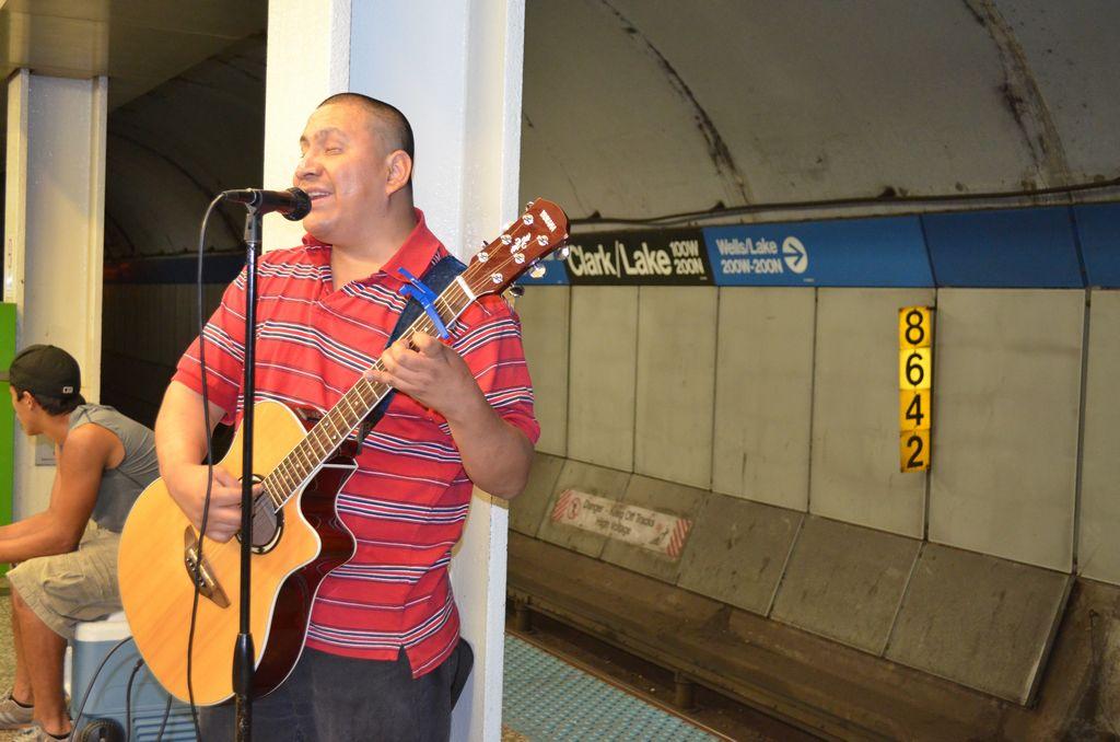 Juan Carlos Hernández es el único artista que canta en el español de las estaciones de la CTA.