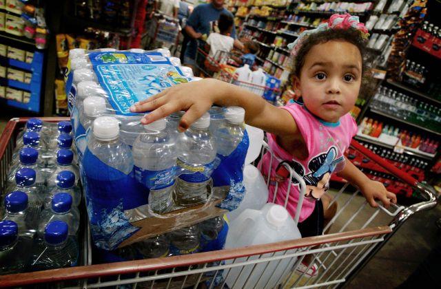Se deben almacenar al menos 3 galones de agua por persona.