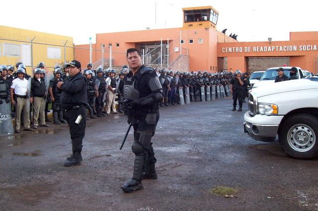 En esta foto de archivo, policías vigilan el penal de Cieneguillas, Zacatecas, el mismo que encabeza Fabiola Quiroz y quien fuera secuestrada en días pasados por un grupo de hombres armados.