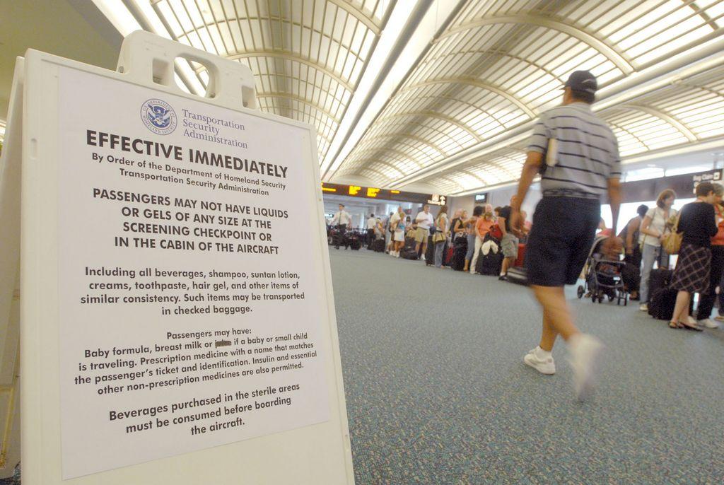 Brasileño intenta subir 27 serpientes a avión en Orlando