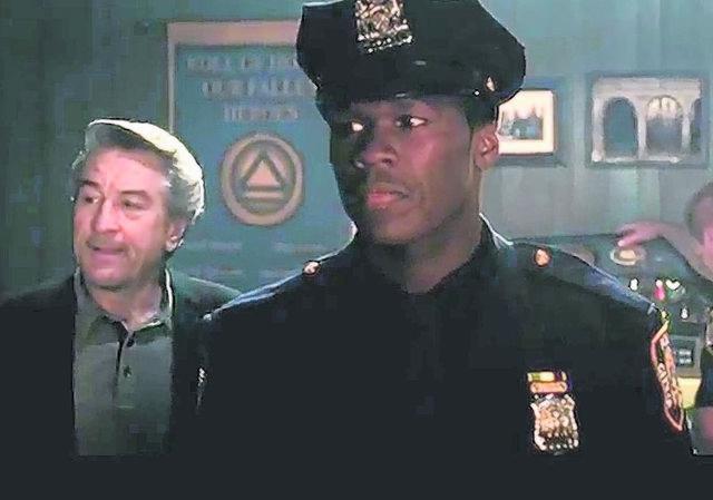 De Niro (izq.) y 50 Cents en una de las escenas de la  cinta 'Freelancers'.