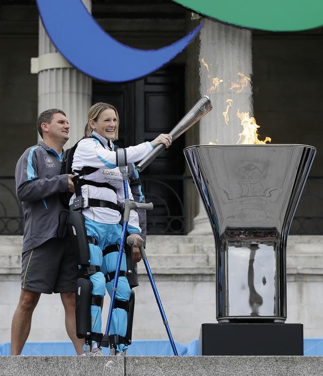 Claire Lomas da fuego ayer  a la llama que ardera mientras duren los Juegos Paralímpicos en Trafalgar Square de la capital británica.