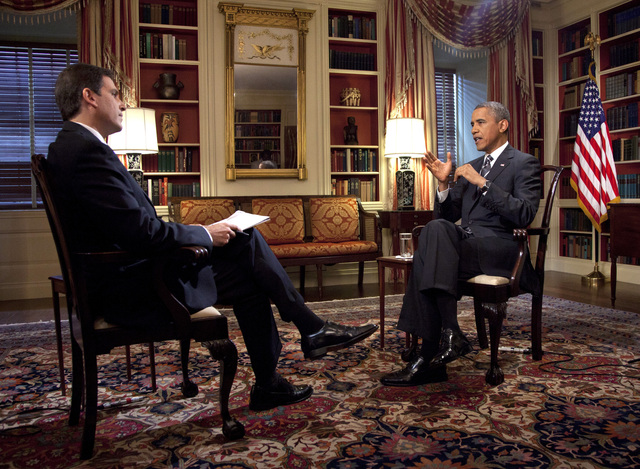 El presidente Obama  habla en una entrevista a Bell Feller, de la AP, en la Casa Blanca, el jueves.