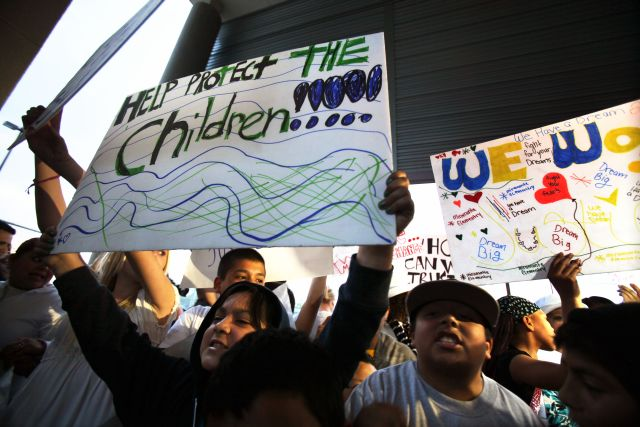 Familiares de alumnos de la escuela Miramonte protestan por los abusos cometidos por dos empleados.