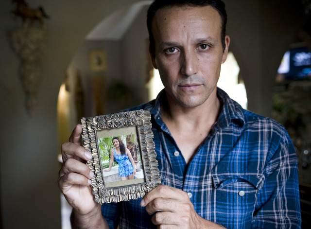 Rony Molina muestra una foto de su esposa Sandra Payes, deportada a su natal Guatemala. En EEUU  ha quedado toda su familia.