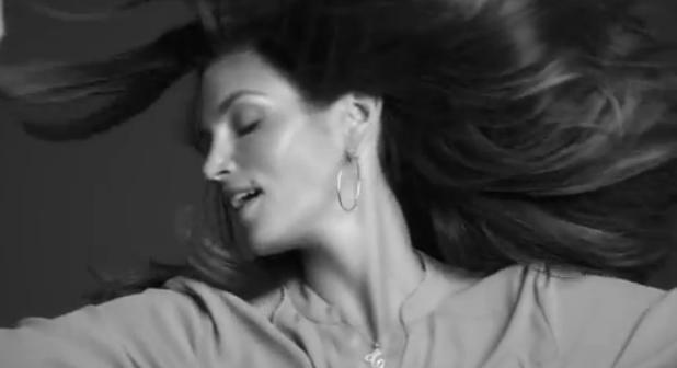 """En el """"making of"""" del vídeo promocional se muestra a una Crawford muy práctica y radiante."""