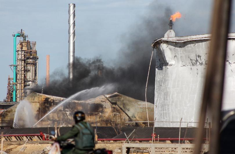 Extinguen fuego que mató a 41personas en refinería venezolana (Fotos)