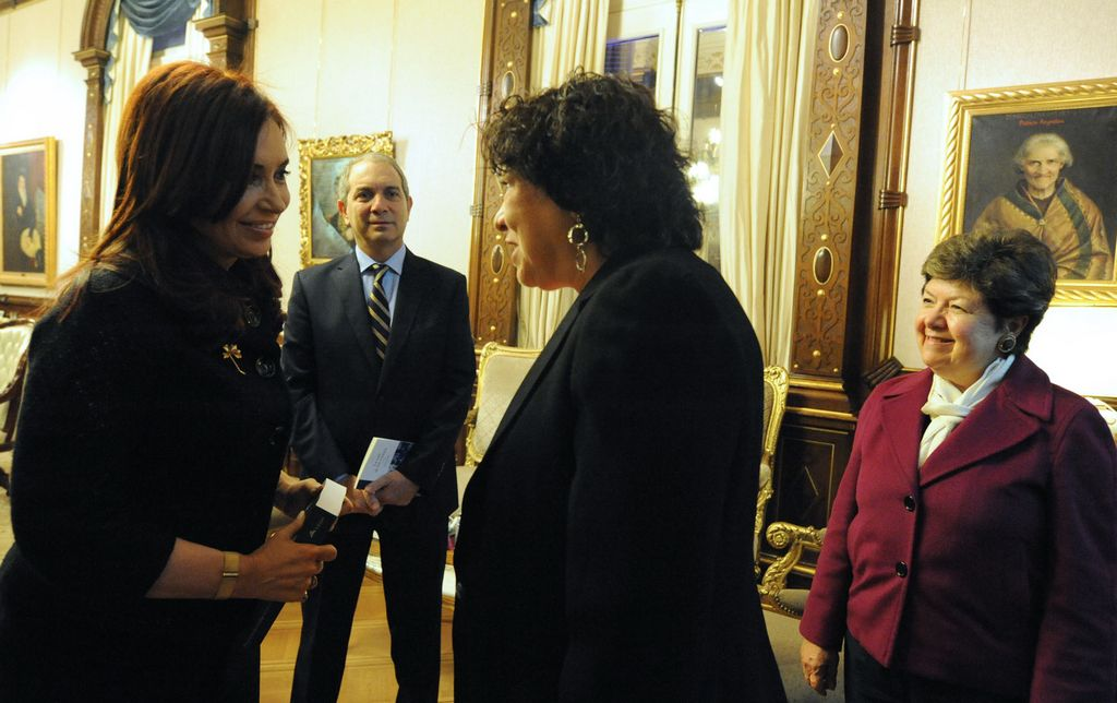 La presidenta argentina Cristina Fernández sonríe mientras escucha a la jueza hispana del Tribunal Supremo, Sonia Sotomayor (derecha).
