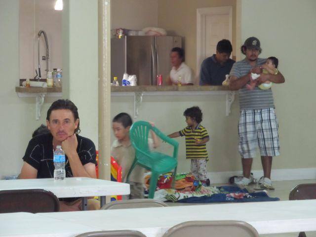 Evacuados de New Orleans por el huracán Isaac se albergaron en una iglesia en Houston.