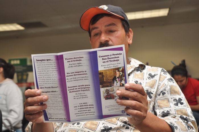 Armando Curiel, residente en San José, lee sus derechos como trabajador.