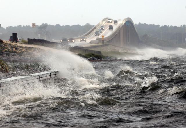 Las fuertes olas sobre el puente en Navarre Beach, en Florida, crecían conforme Isaac se acercaba a la Costa del Golfo,