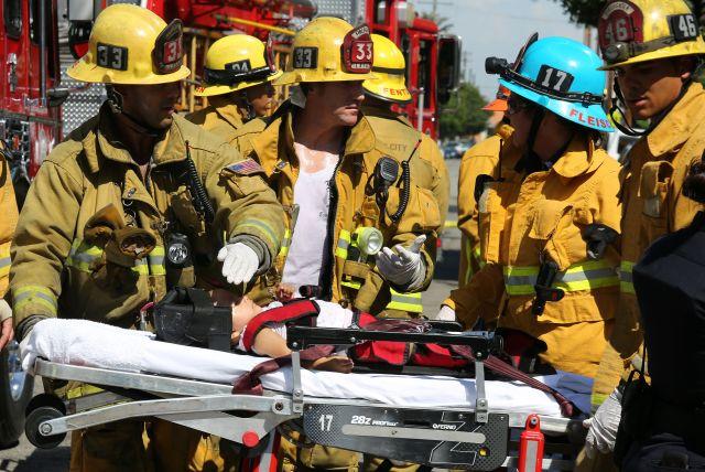 Bomberos de la cuidad de Los Ángeles atienden y transportan a nueve personas, entre ellas ocho niños que resultaron heridos en un accidente en el sur de Los Ángeles.
