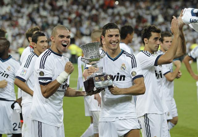 Pepe (izq.) y Cristiano Ronaldo presumen el trofeo conquistado al derrotar al Barcelona en el Santiago Bernabéu.