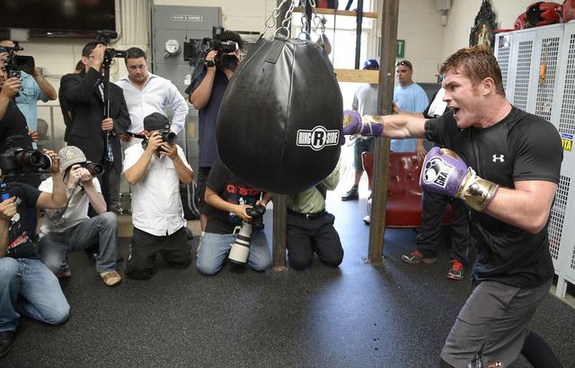 'Canelo' Álvarez despliega su fuerza sobre un costal de entrenamiento en Santa Mónica.