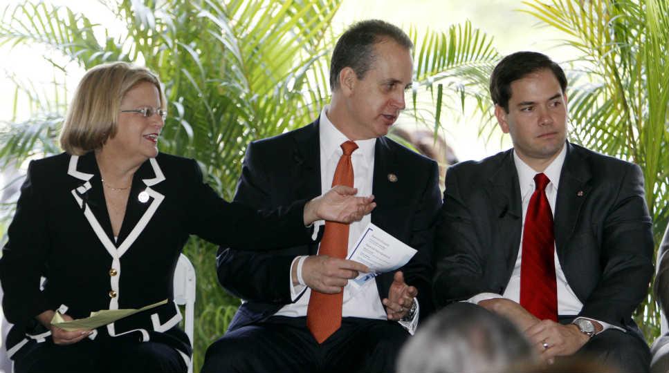 Mario Díaz-Balart, al centro, es un crítico del plan de acción diferida propuesto por Obama.