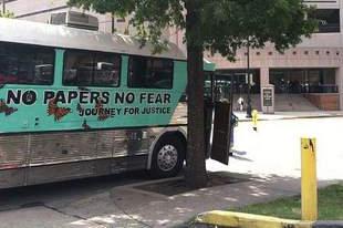 En varias de las paradas que hace el bus, el grupo desarrolla protestas frente a oficinas de alguaciles, jefaturas de policía o cortes de inmigración.