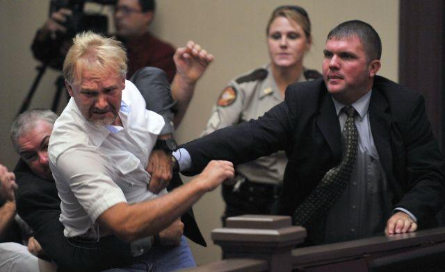 Wesley Thomas, el padrastro de Tiffany York, es detenido por guardias de seguridad durante la audiencia del acusado Sargento. Anthony Peden, en el Tribunal Superiordel Condado Long , en Ludowici, Georgia.