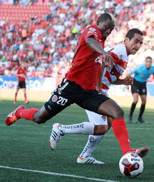 El delantero de Xolos, Duvier Riascos encara al jugador de Jaguares, Luis Esqueda, durante el juego de ayer en el Estadio Caliente.