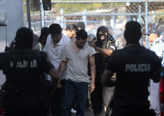 Un grupo de falsos periodistas mexicanos que decían trabajar para Televisa, detenidos en Nicaragua con millones de dólares, son conducidos a la corte para enfrentar varios cargos adicionales.