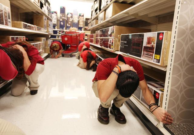 Cuando se está de compras en un almacén y tiembla, se recomienda mantenerse en el lugar y protegerse la cabeza.