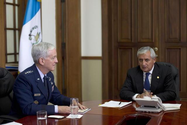 El presidente de Guatemala, Otto Pérez Molina (d), se reúne con el jefe del Comando Sur de EEUU, general Douglas Fraser (i), en  Guatemala.