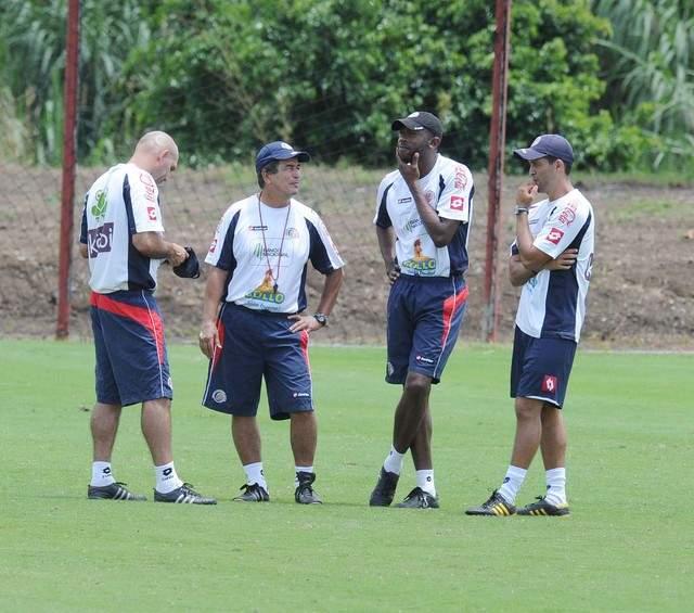 Al entrenador de los ticos, Jorge Luis Pinto (segundo de izq. a der.), no le impresiona el equipo del 'Chepo' de la Torre.