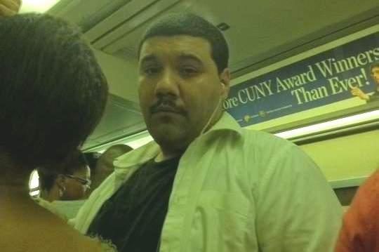 Policía busca hispano por mostrar genitales en el subway
