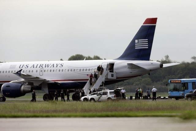 Detienen a pasajero por explosivo del vuelo a Dallas