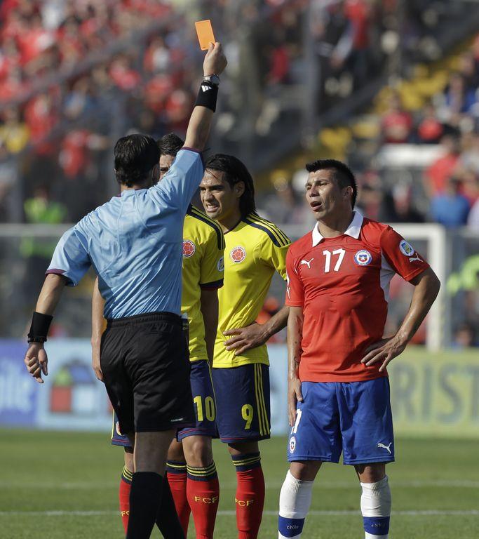 """Medel: """"Con mi roja ante Colombia perjudiqué a Chile"""""""