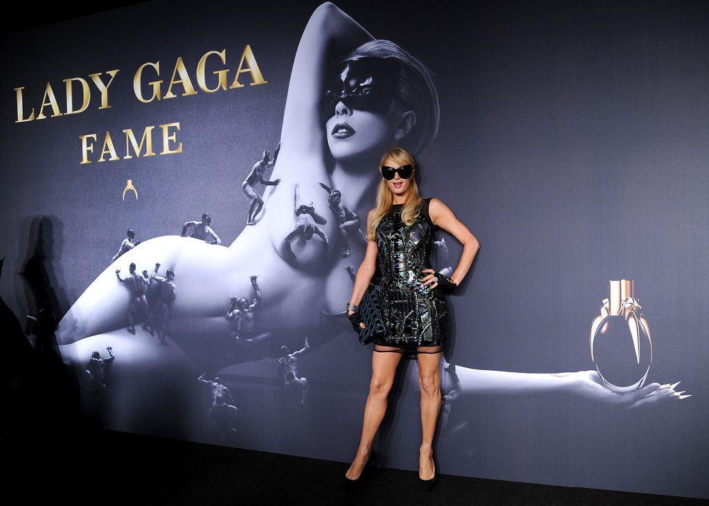 Lady Gaga se tatúa la cabeza para lanzar su perfume