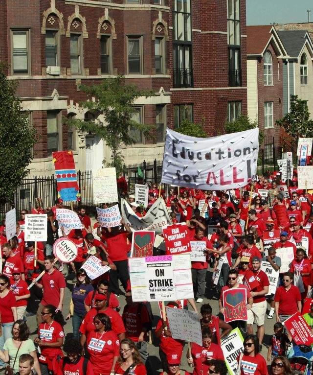 Maestros en huelga marchan en apoyo a su sindicato en Chicago (video y fotos)