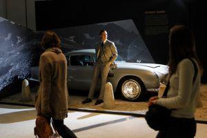 Recorren Reino Unido para celebrar los 50 años de James Bond  (Fotos y video)