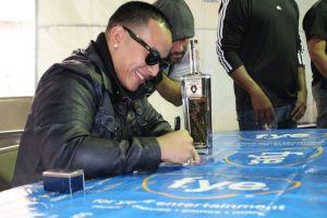 Daddy Yankee firmó autógrafos en el centro de Chicago