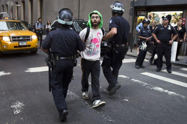 """Temprano arrestan a docena de """"indignados"""" en NY (video)"""
