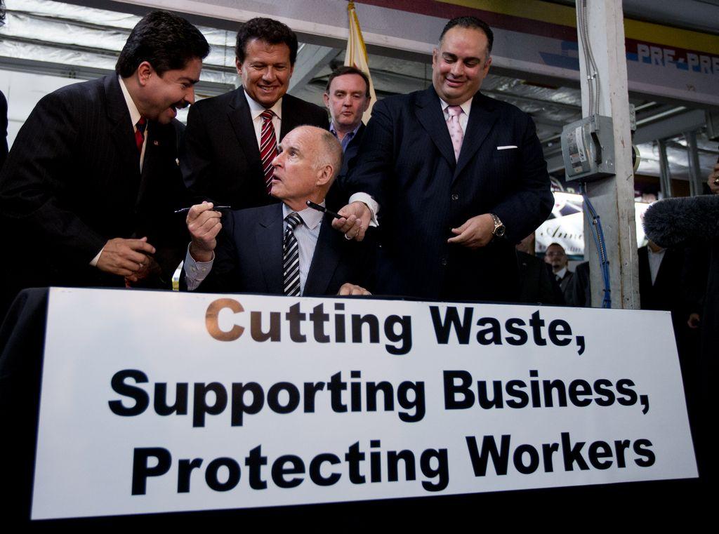 Brown firma cambios a la ley de indemnización de trabajadores en CA