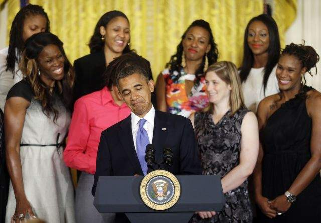 Romney se hunde mientras Obama navega en champán en NYC