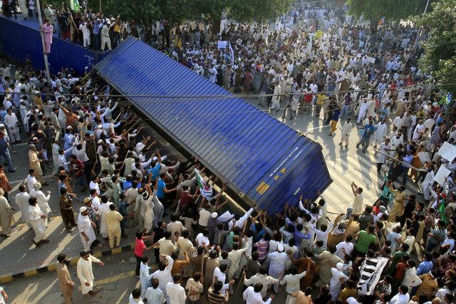 Mueren diecisiete al protestar en Pakistán