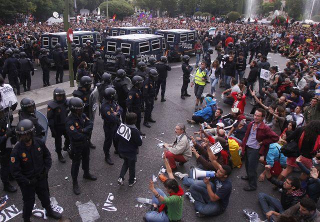 Jóvenes protestan ante Embajadas de España en capitales europeas (Fotos)