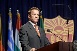 Schwarzenegger no apoya a los republicanos favoritos para la gobernación de California