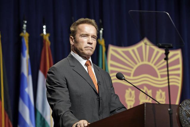 La decisión de Schwarzenegger se basa en declaraciones de los candidatos sobre el cambio climático.