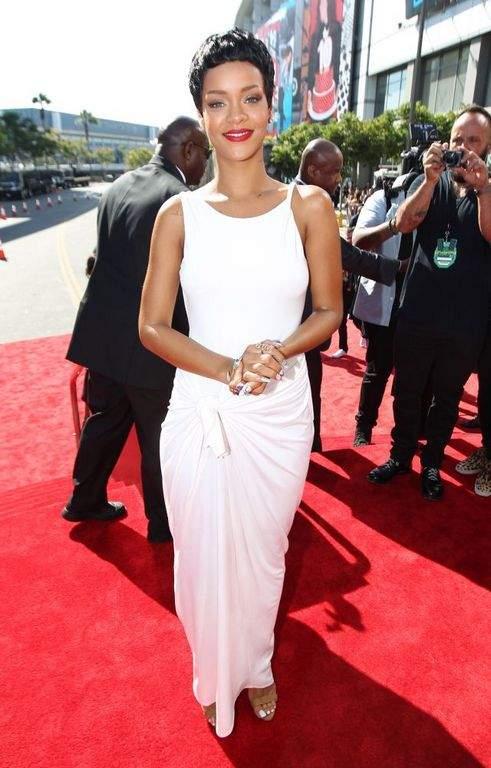 Rihanna sobresale como artista (Fotos y video)