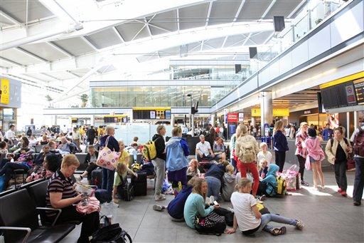 Detienen a 2 por presunto terrorismo en aeropuerto de Heathrow