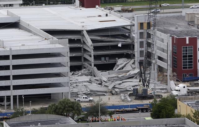 Colapsa construcción de parqueo en Miami